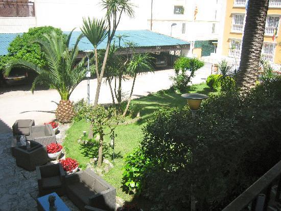 Hotel Bell Repos : Tuin en parkeergelegenheid