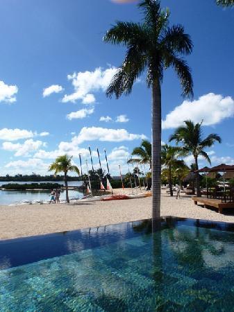 Four Seasons Resort Mauritius at Anahita: Pool view to beach