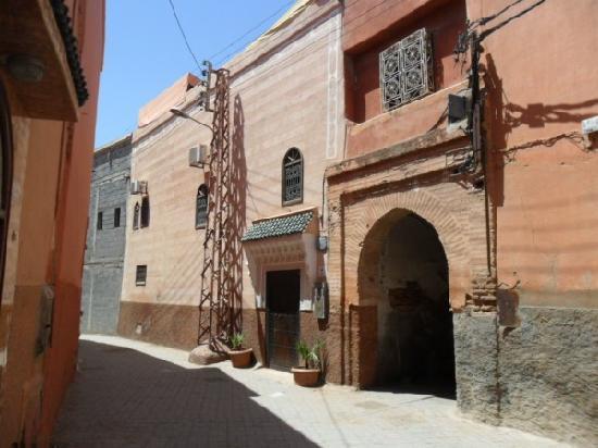 Riad Adriana: street and door