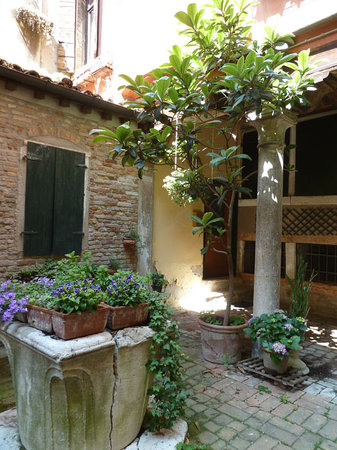 The Venice Experience : A beautiful small courtyard we would have never experienced if it were not for Karen...