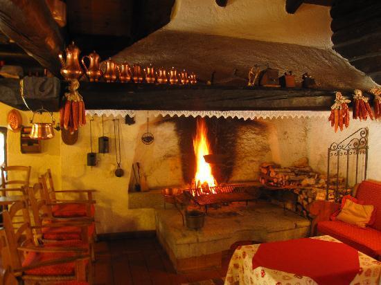 Sant'Antonio di Mavignola, Italië: Soggiorno con camino Relais & Gourmet Maso Doss
