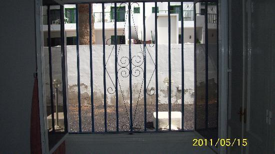 Apartamentos THe Oasis: Bars on the windows
