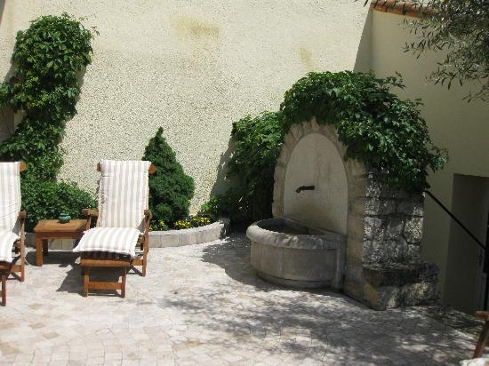 Limoux, França: Relaxing and quiet patio overlooking the Aude River.