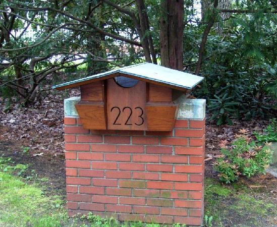 Currier Museum of Art: FLW-designed mailbox
