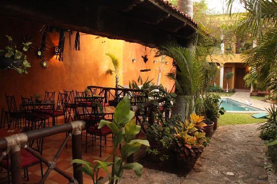 Hotel Marionetas - Vue sur le restaurant, le jardin, et la piscine