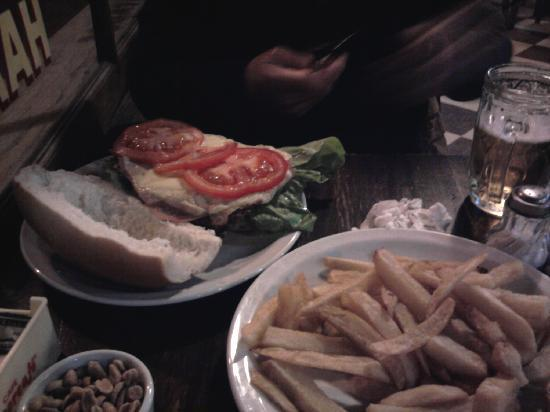 Bar Britanico: Burger with chips