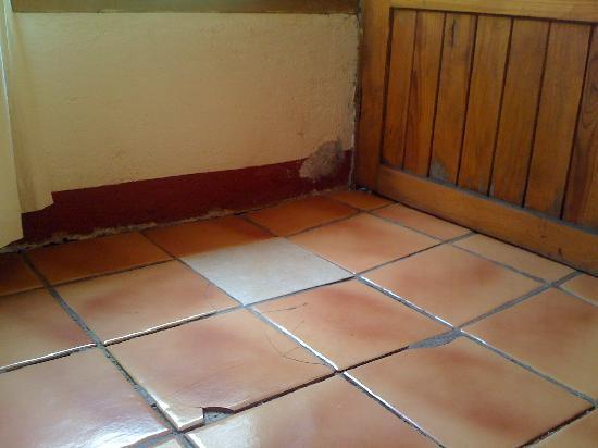 Rancho las Joyas: tiles broken and dirty