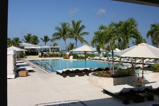 Club Med Columbus Isle: Piscina e ristorante principale