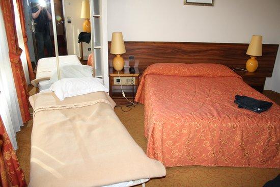 "Inter-Hotel Rueil Centre: une chambre ""Twin"" digne du confort d'un camping municipal !!!"