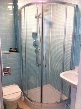 7 Hotel Diner: Shower room