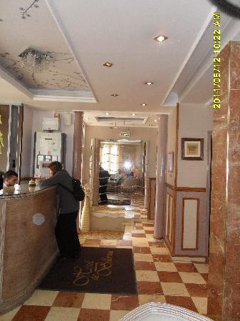 Hotel de Bellevue Paris Gare du Nord: Eingang und Rezeption