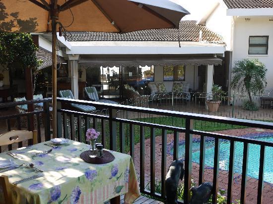 Fairlight Beach House: breakfast area
