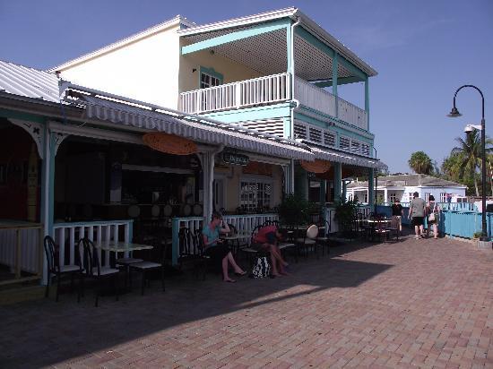 Le Med Mediterranean Restaurant: Le Med, more outside seating around the corner