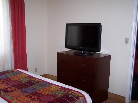 Residence Inn Tempe: Bedroom #1. Nice Big  Flat Screen TV.
