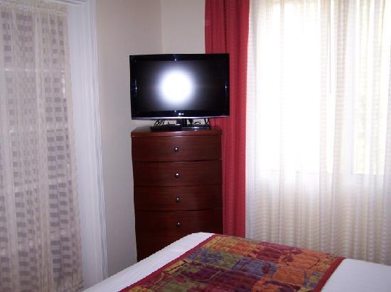 Residence Inn Tempe: Bedroom #2. Smaller Flat Screen TV.