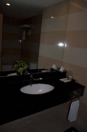 Swiss-Belhotel Maleosan Manado: bathroom