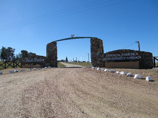 Estancia Finca Piedra: Front gate