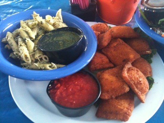 Blue Sky Cafe: fried ravoli with pesto pasta salad