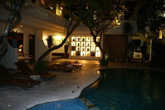 Wida Hotel: poolside view