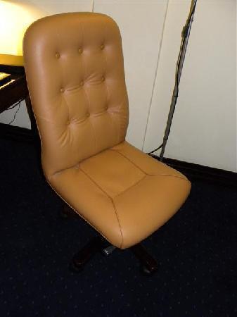 Movenpick Hotel Kuwait: Wonky Desk chair