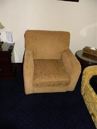 Movenpick Hotel Kuwait: Older sofa