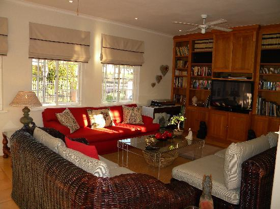 Kingston House B&B: Enjoy lovely sea views from our TV lounge and Pub