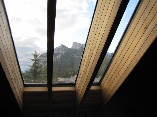 Cascade Court Bed & Breakfast: View of Rundle mountain through from the lounge