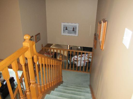 Cascade Court Bed & Breakfast: Looking down the stairs from just outside our room. You can just make out the breakfast table he