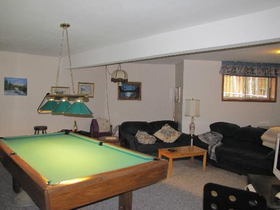 Cascade Court Bed & Breakfast: Pool table and lounge area on the ground floor