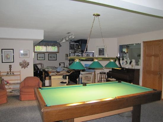 Cascade Court Bed & Breakfast: Another view looking to the left of the pool table