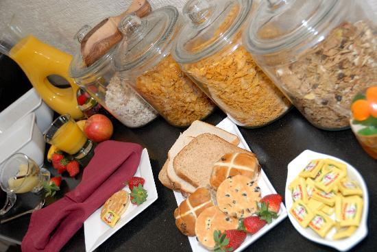 Tyn-y-Fron B&B: Breakfast buffet with lots of hot choices too