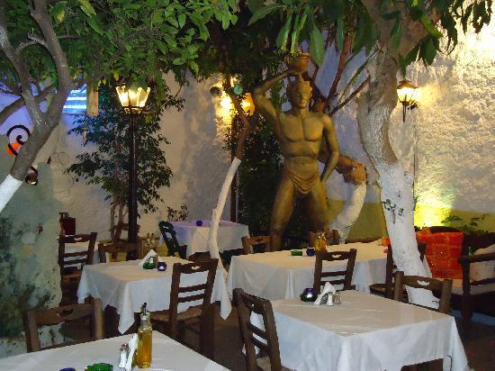 Vasilis Restaurant: La statua del colosso nel giardino