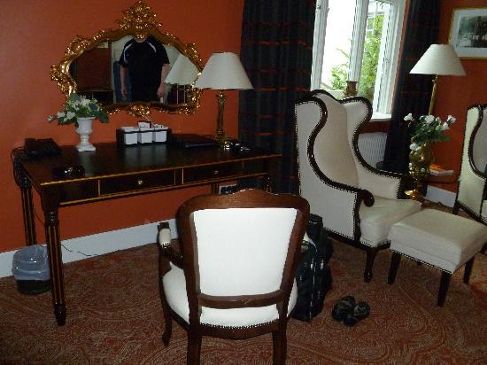 The desk and chairs at Hotel Royal
