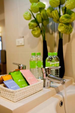 Seasons Siam Hotel: Toilet room and amenities