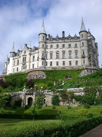 Golspie, UK: Dunrobin Castle vom Garten aus gesehen