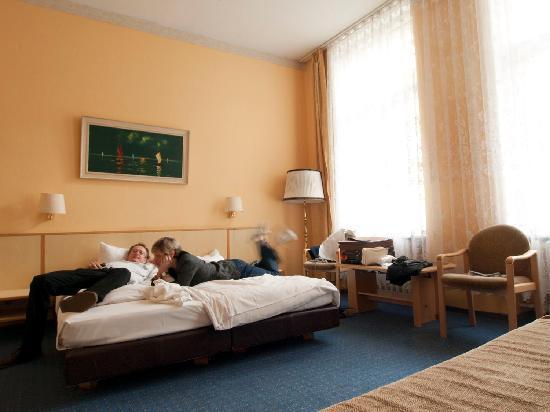 Hotel Pension Spree: Large room, huge windows. Quiet.