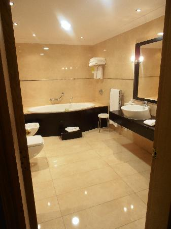 The Westin Dragonara Resort, Malta: bathroom