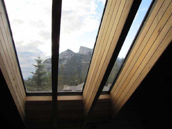 Cascade Court Bed & Breakfast: View of Rundle Mountain through the window