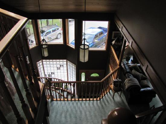 Cascade Court Bed & Breakfast: Looking down to the ground floor