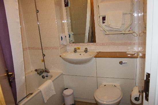 Premier Inn Luton (Airport) Hotel: Bathroom