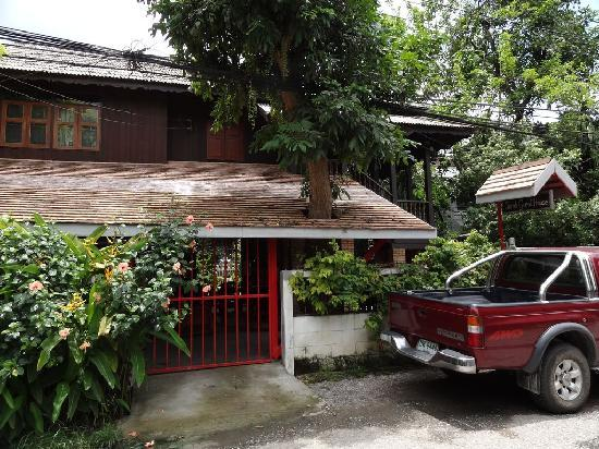 Sarah Guest House: Guesthouse view from Street