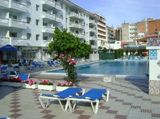 Europa pool picture of apartamentos europa blanes for Apartamentos europa