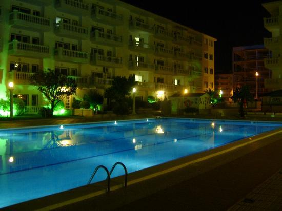Apartamentos Europa: Europa Pool by night