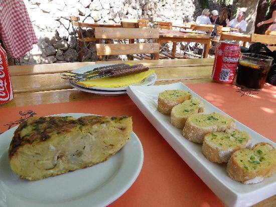 El Barrigon Xelini Deia : Spanish omelette & garlic bread