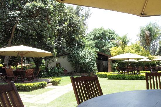Arusha Coffee Lodge: Restaurant und Gartenanlage