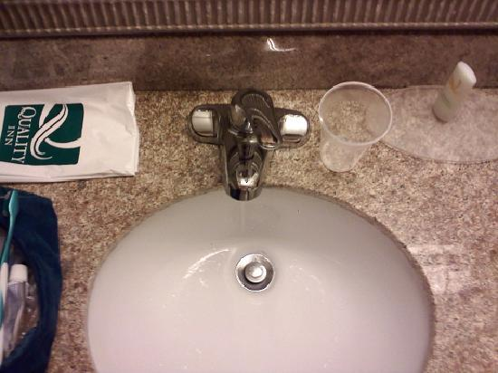 Quality Inn Northwest: Notice the location of the faucet!