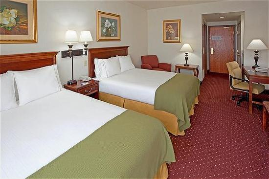 Holiday Inn Express Syracuse / Fairgrounds: Two Queen Bed Room