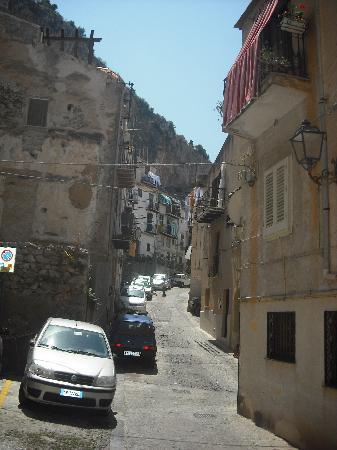 Cefalu, Italie : una de las calles mas cercanas ala  gran roca que domina el pueblo