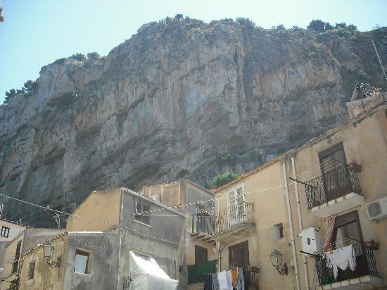 Cefalu, Italie : casa debajo de la roca