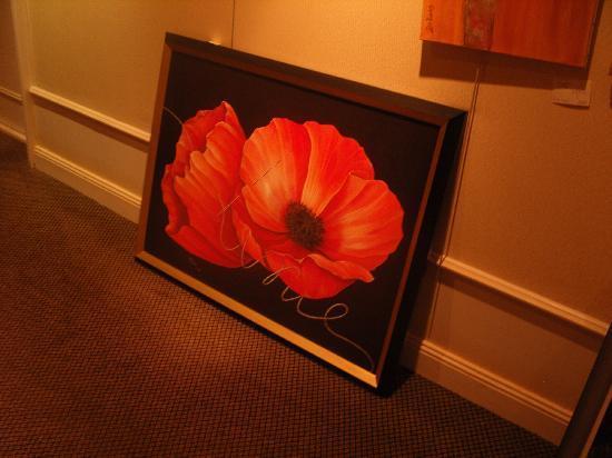 Hostellerie La Cheneaudiere - Relais & Chateaux: Peintures dans le hall menant aux chambres